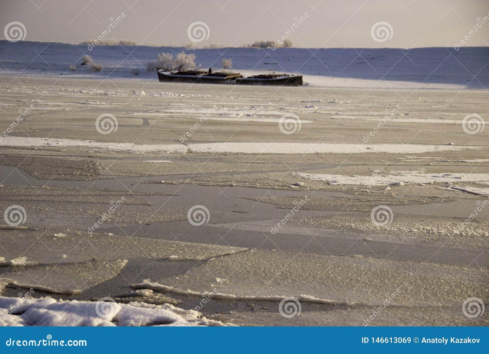 在西伯利亚河冷冻了水