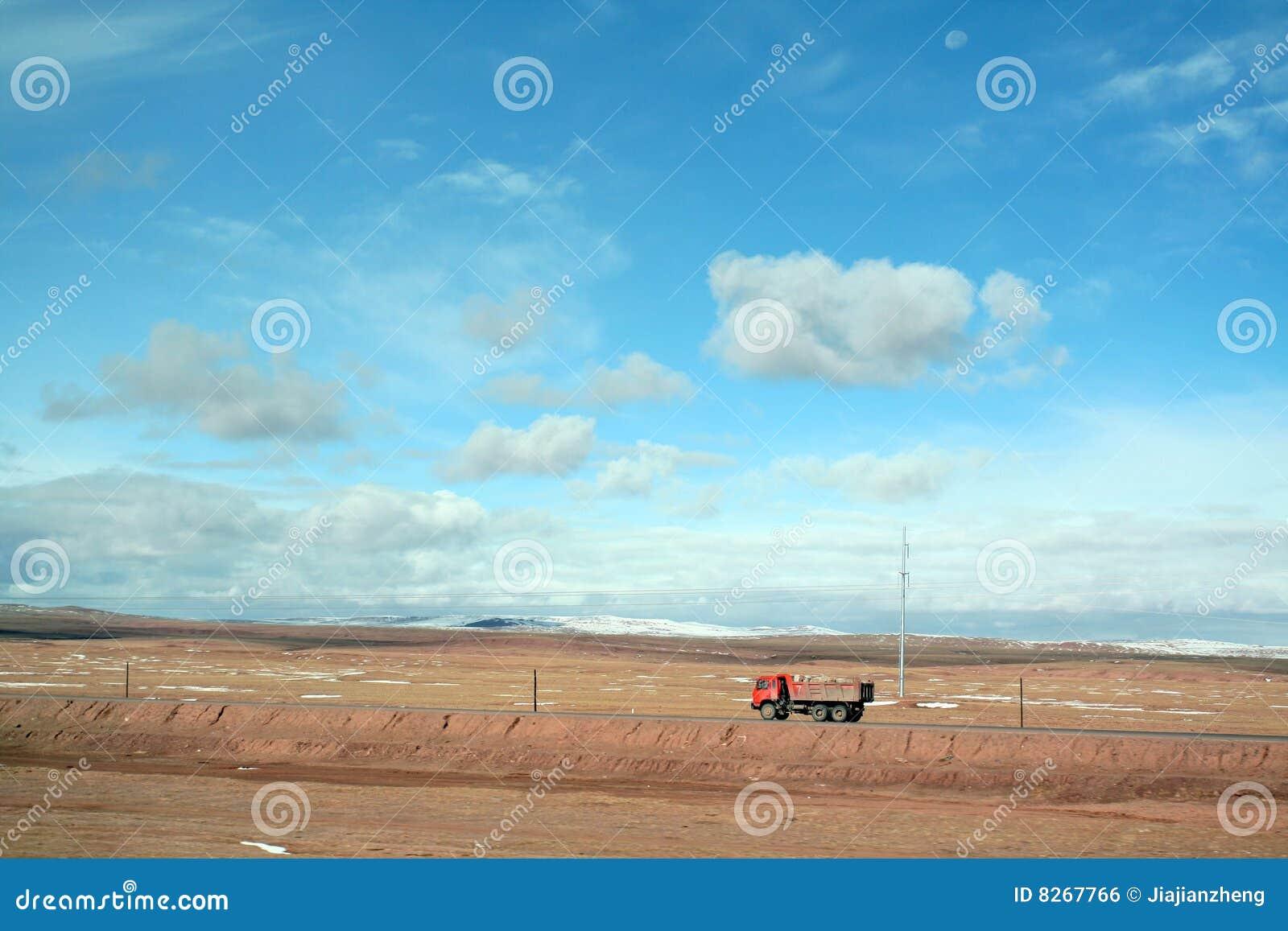 在西藏高原的卡车