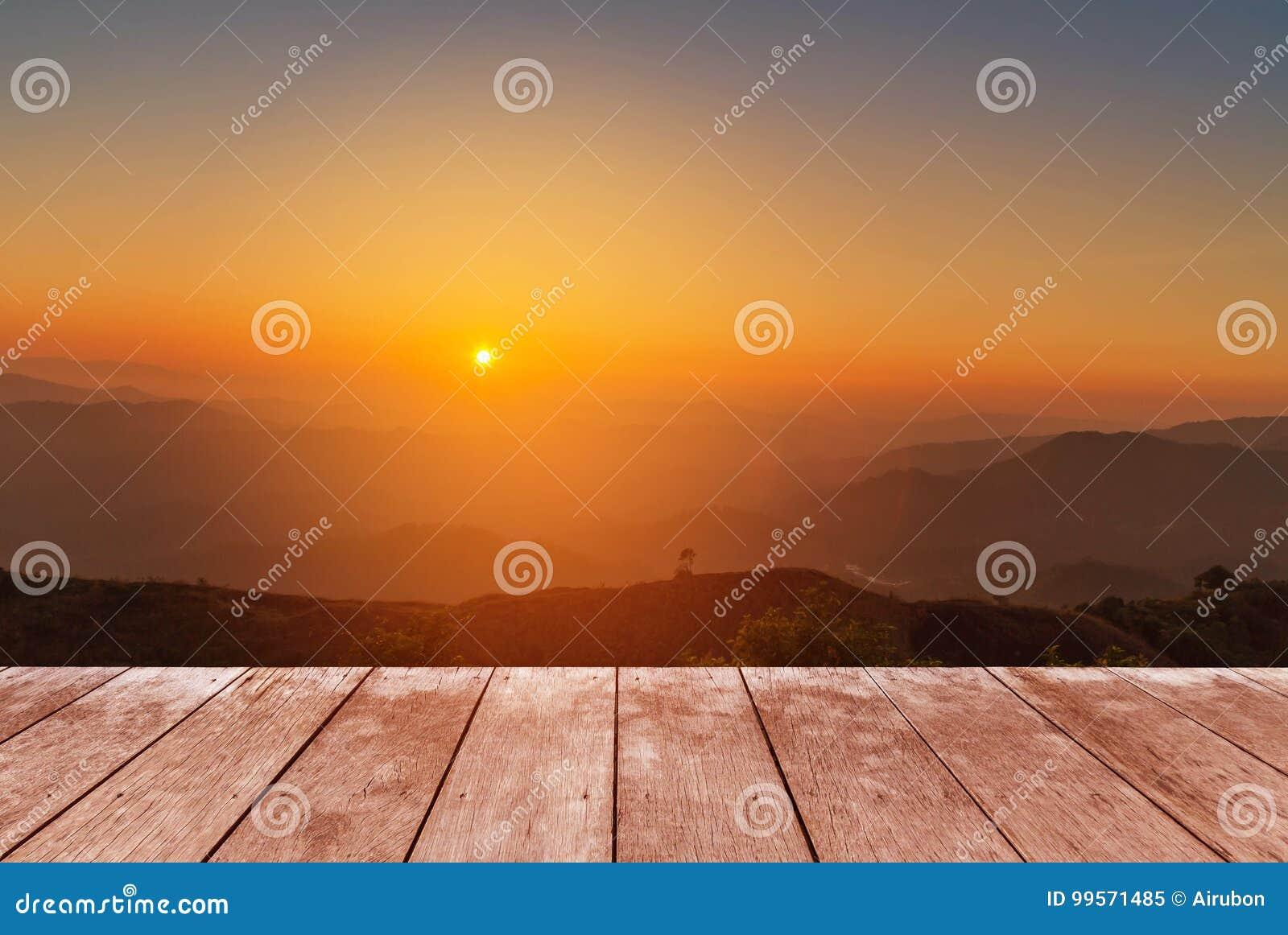 在观点高热带雨林层数山的木阳台大阳台与白色雾在清早