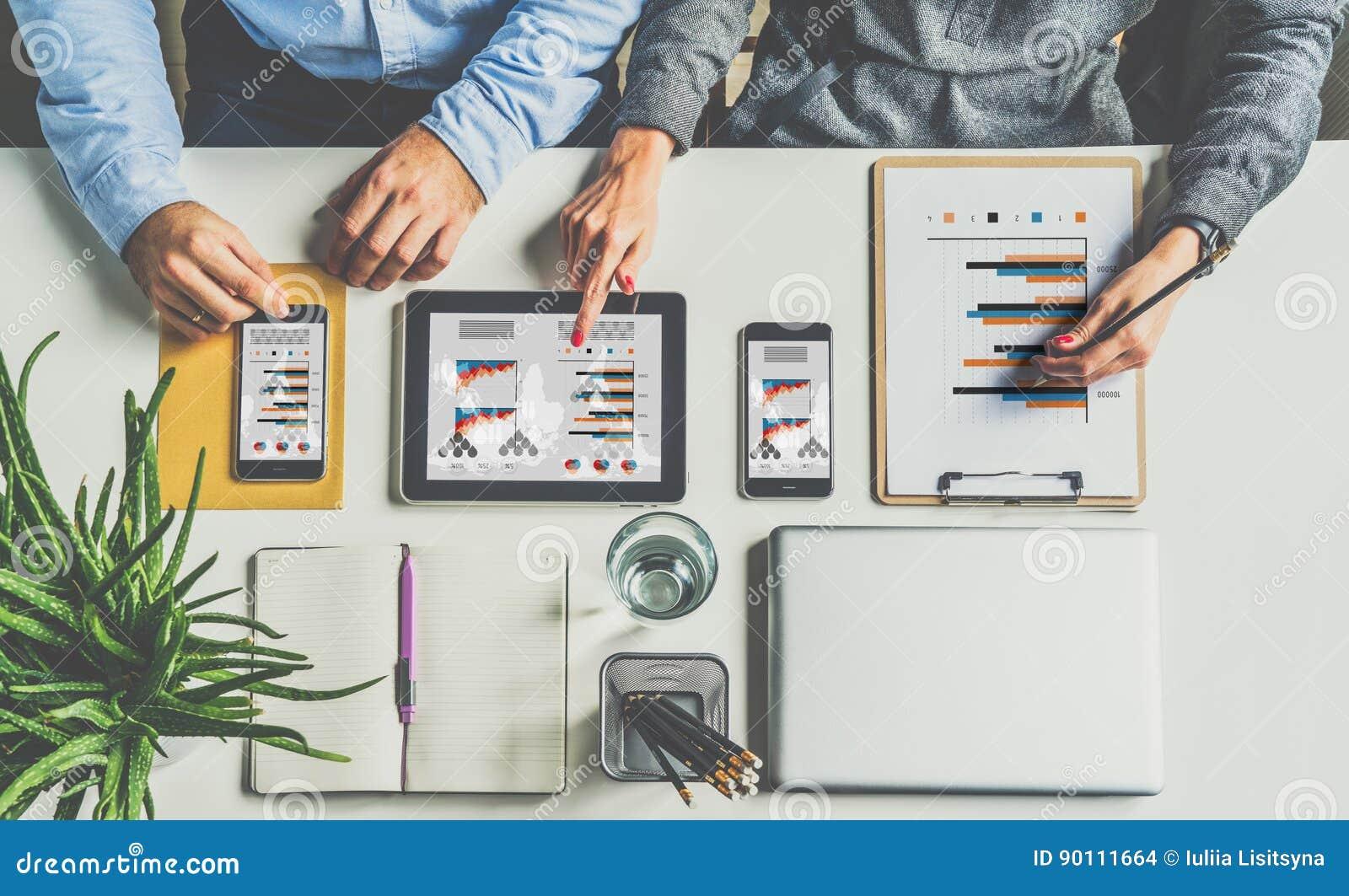 在视图之上 一在一见面 坐在书桌和工作的商人