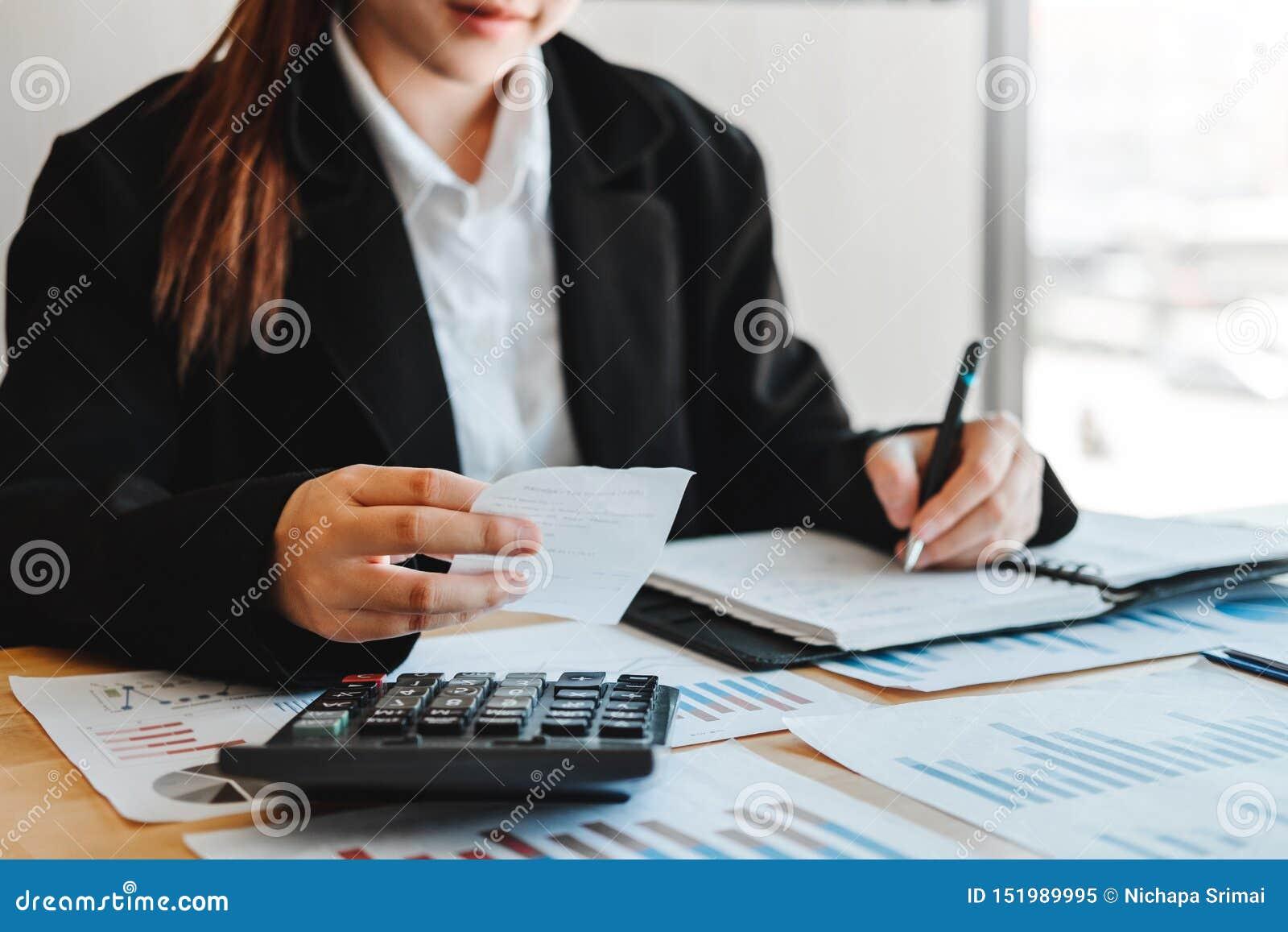 在计算器费用经济事务和市场的女商人会计金融投资