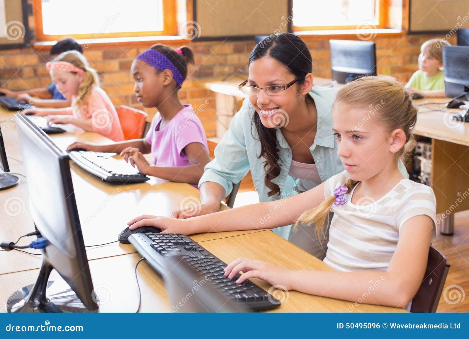 在计算机类的逗人喜爱的学生与老师