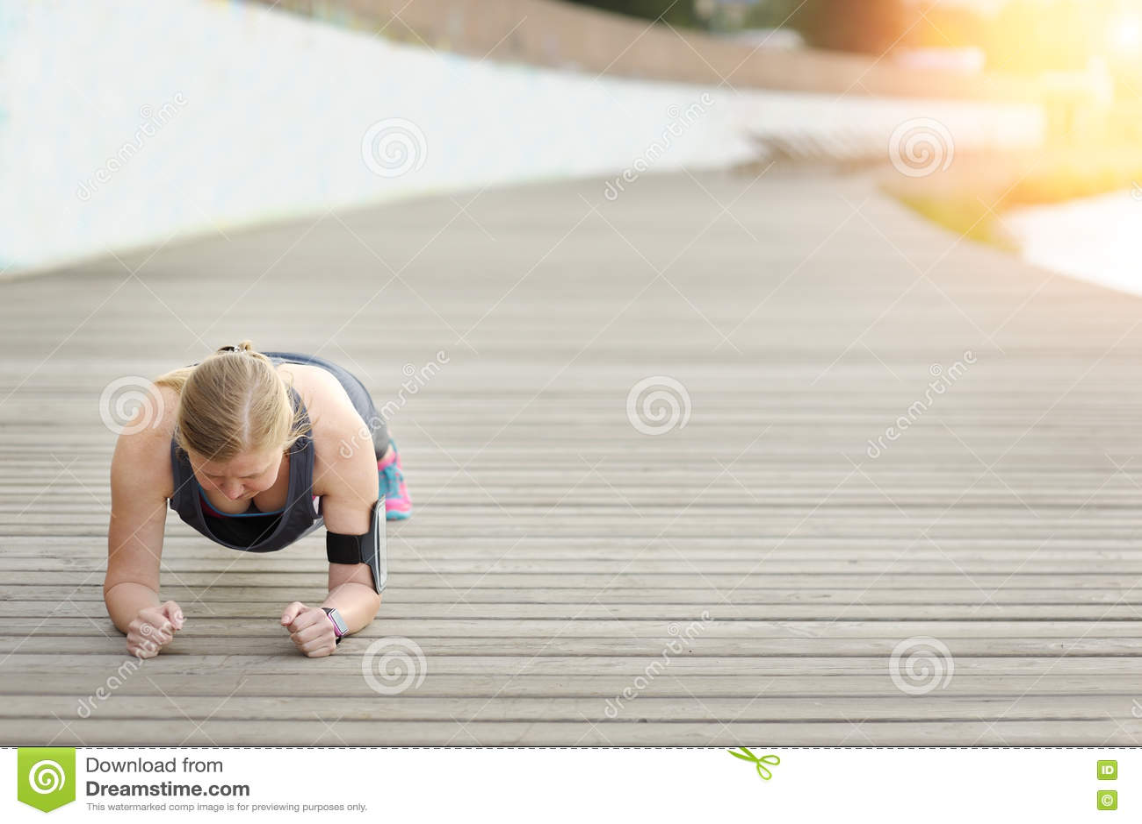 在训练前的妇女 健身目标达到