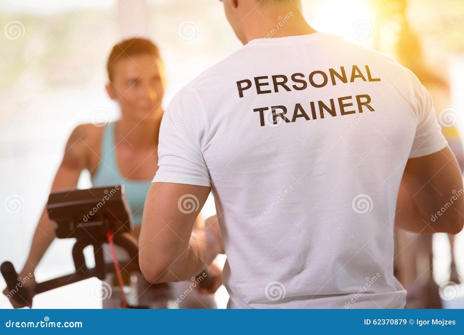 在训练的个人教练员与客户