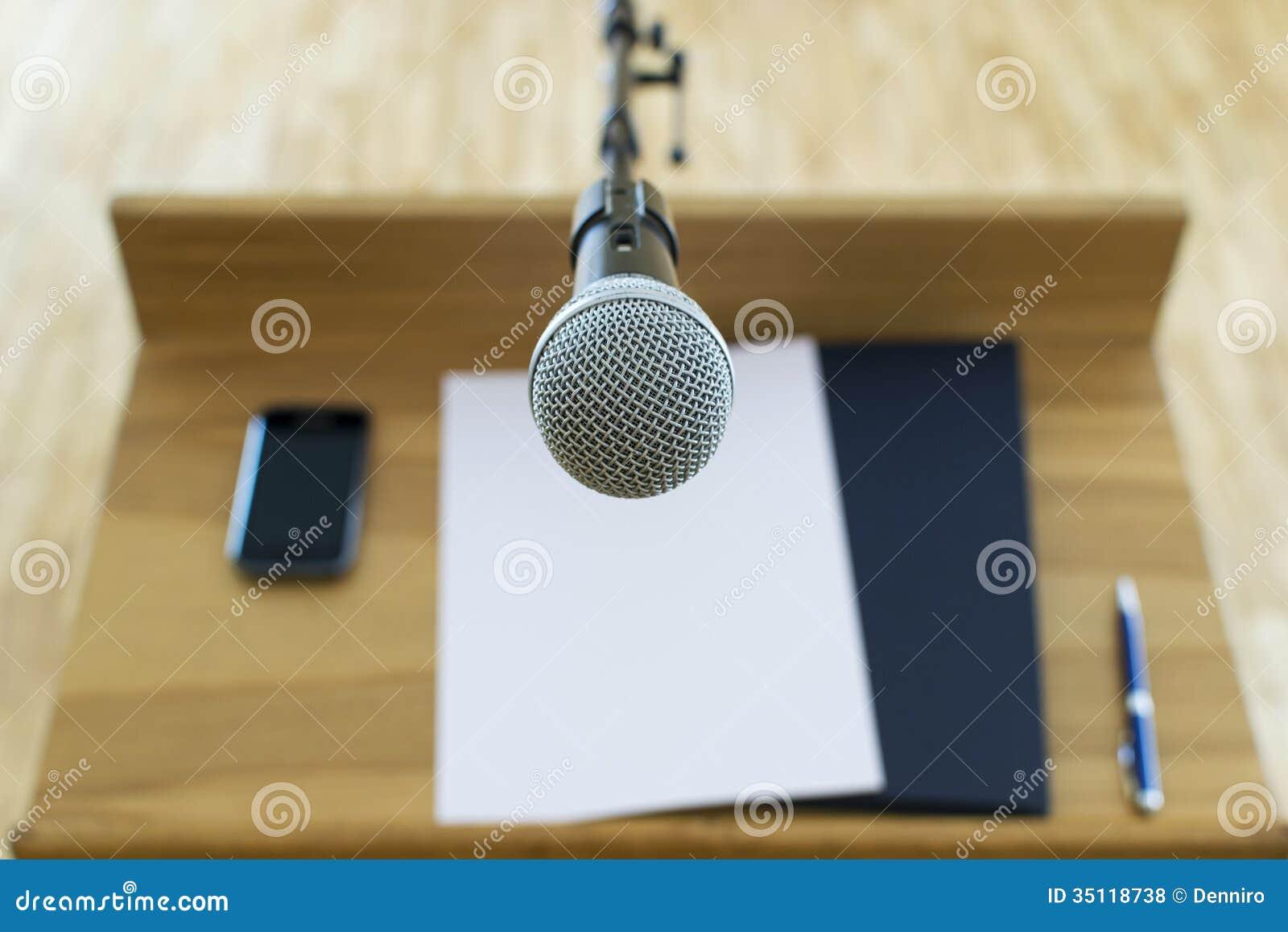 在讲话指挥台的话筒