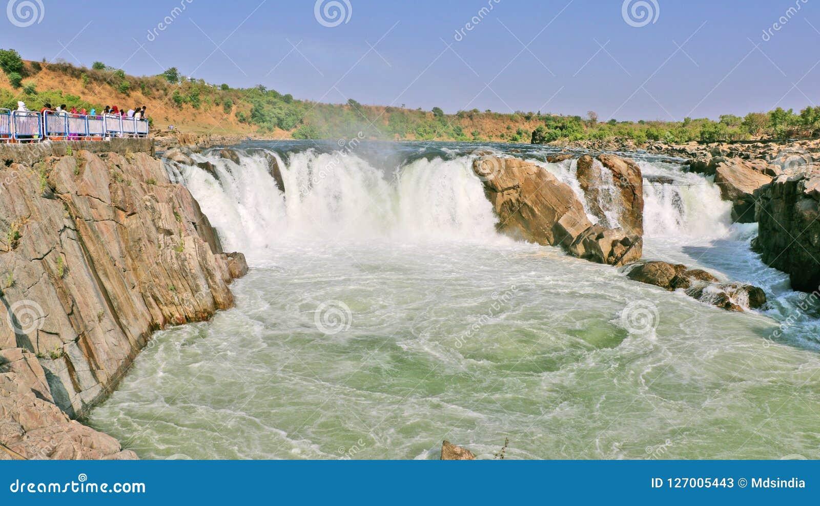 在讷尔默达河的Dhuandhar瀑布在贾巴尔普尔