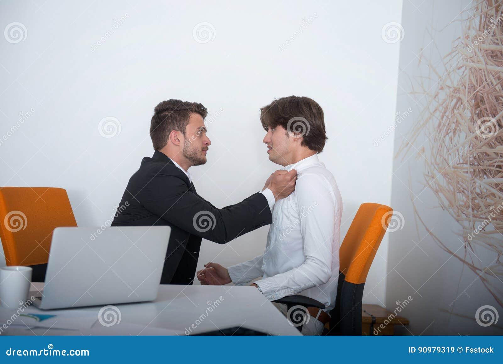在论据期间的两个恼怒的企业同事