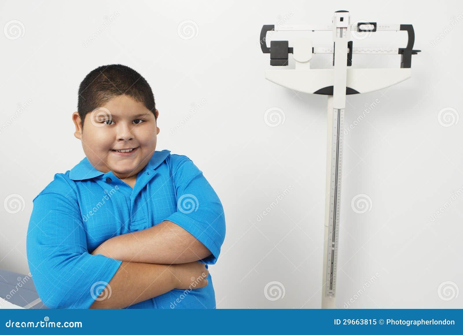 在诊所的男孩支持的秤