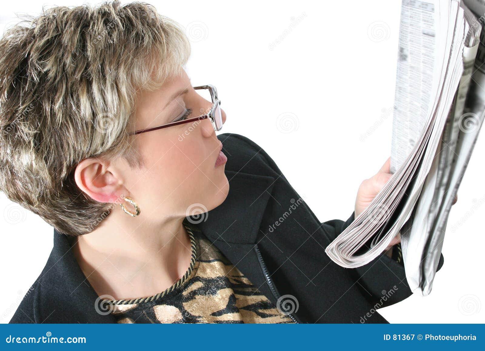 在读取三十白人妇女的美丽的报纸