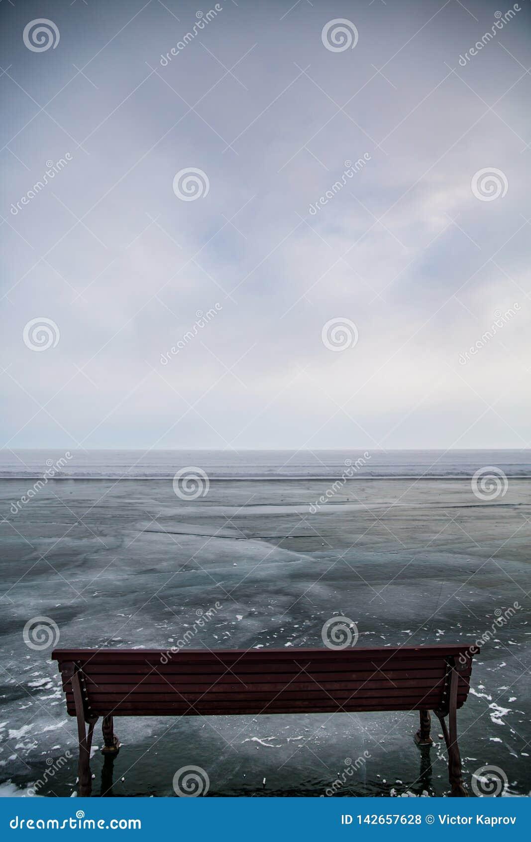 在贝加尔湖冰的长木凳