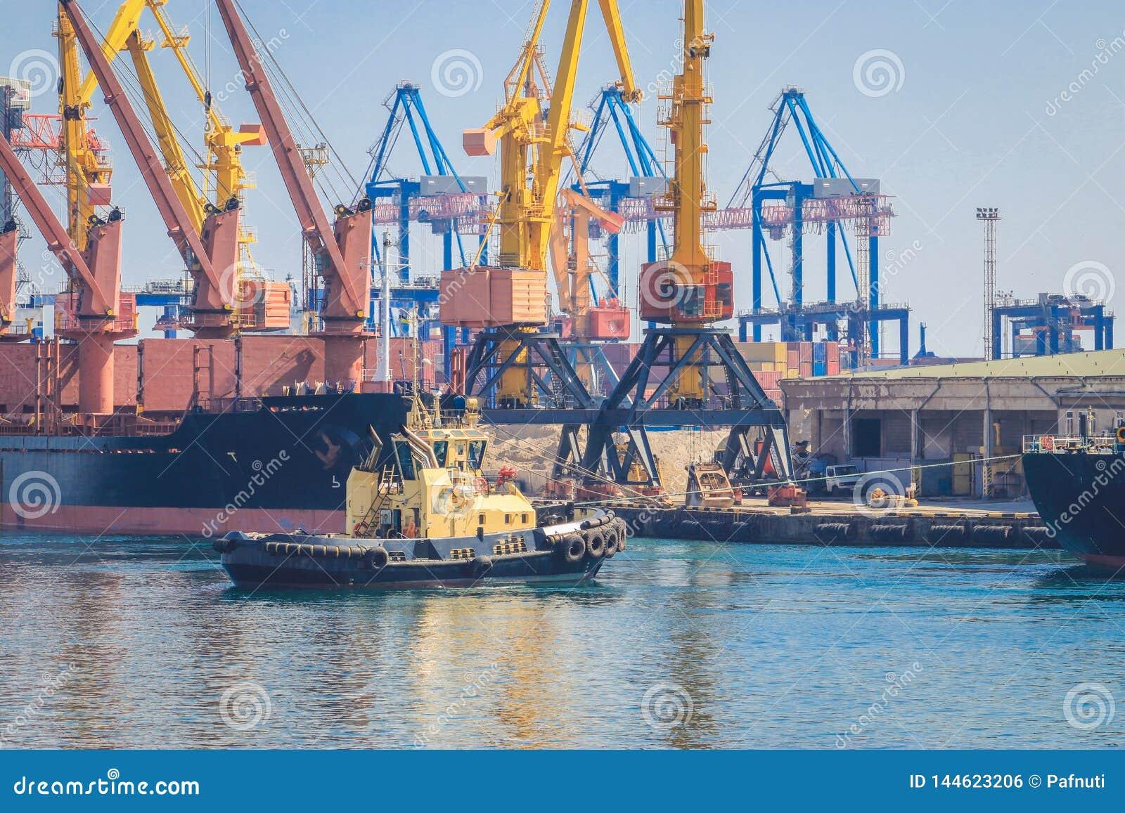 在货船弓的拖轮,协助船在海港操纵