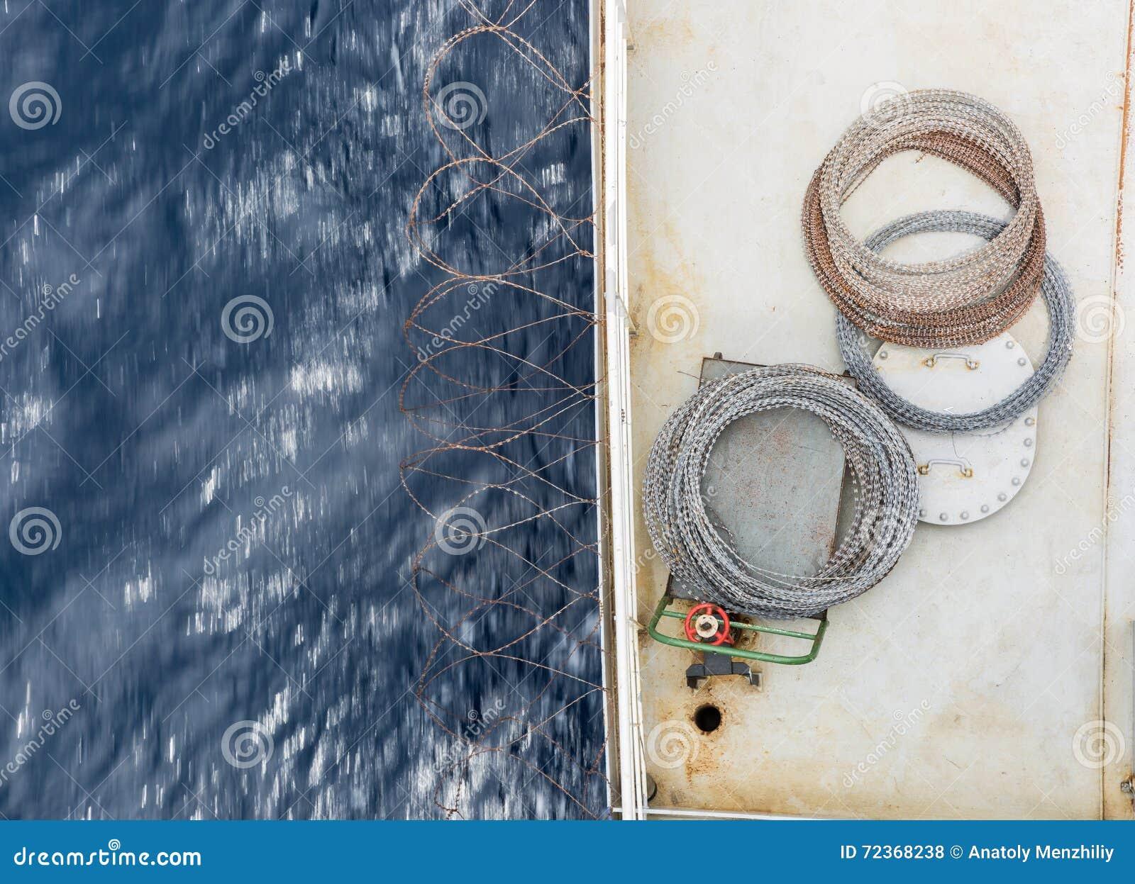 在货船甲板的剃刀