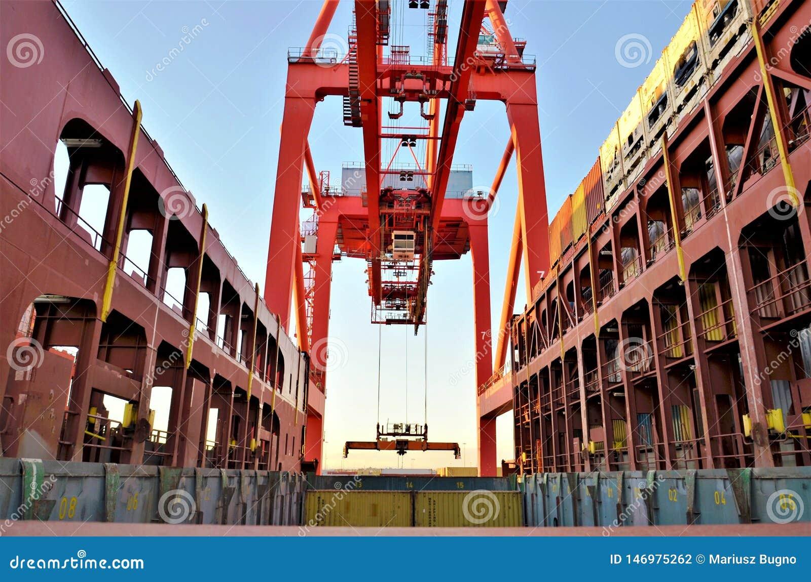 在货船的桥式起重机装载的容器