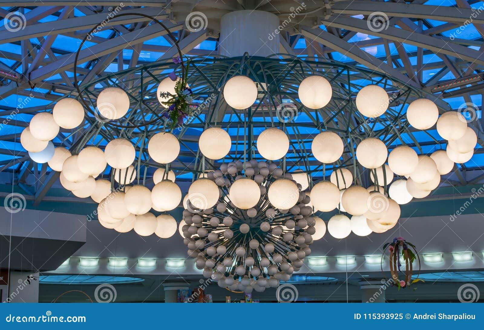 在购物中心的一盏巨大的枝形吊灯