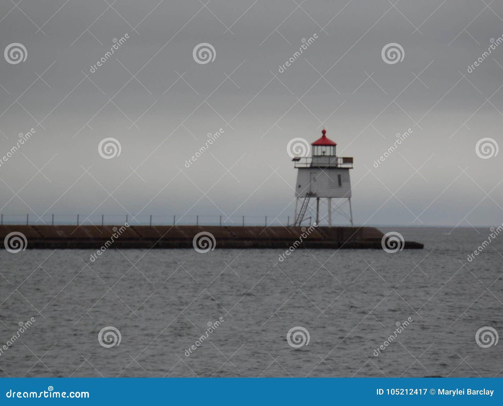 在走道的两个港口灯塔