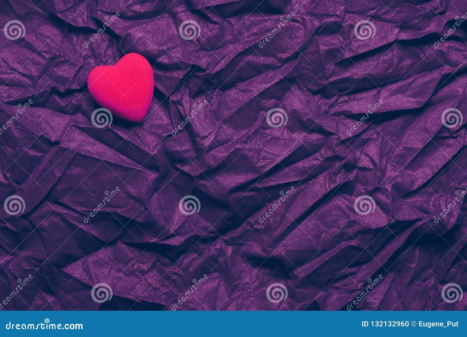 在起皱纹的黑暗的紫色纹理背景的顶视图红心 情人节快乐和爱概念 浪漫卡片,横幅