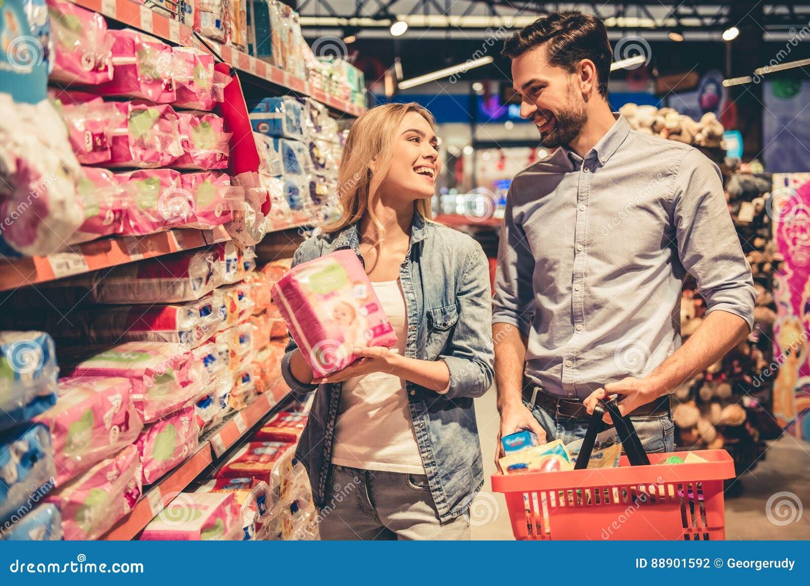 在超级市场的夫妇