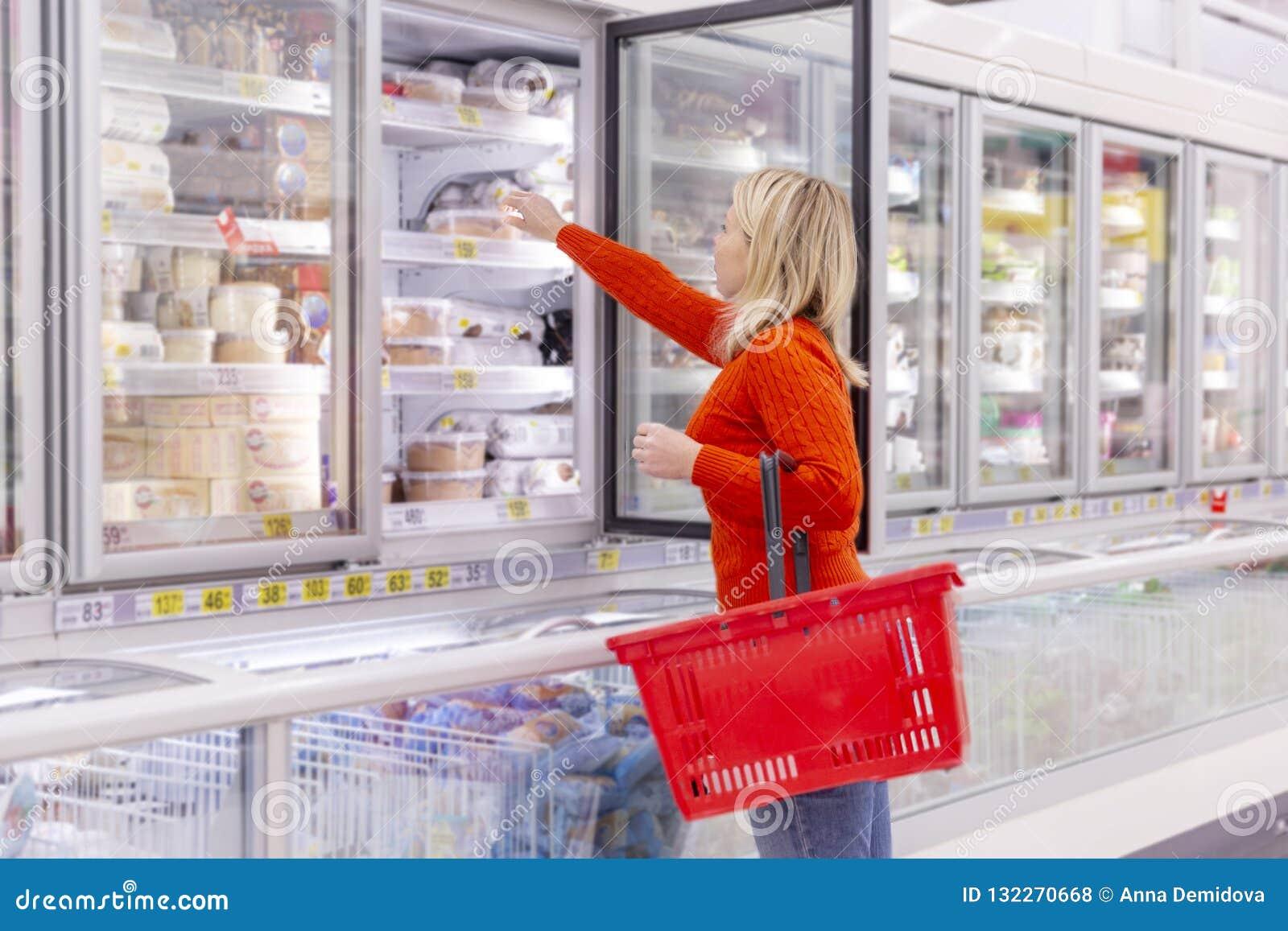 在超级市场的少妇购物
