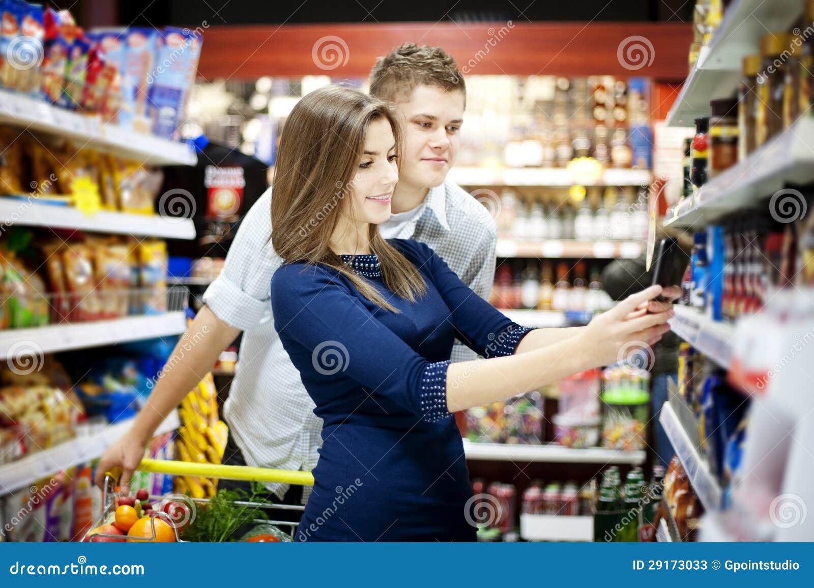 在超级市场的新夫妇购物