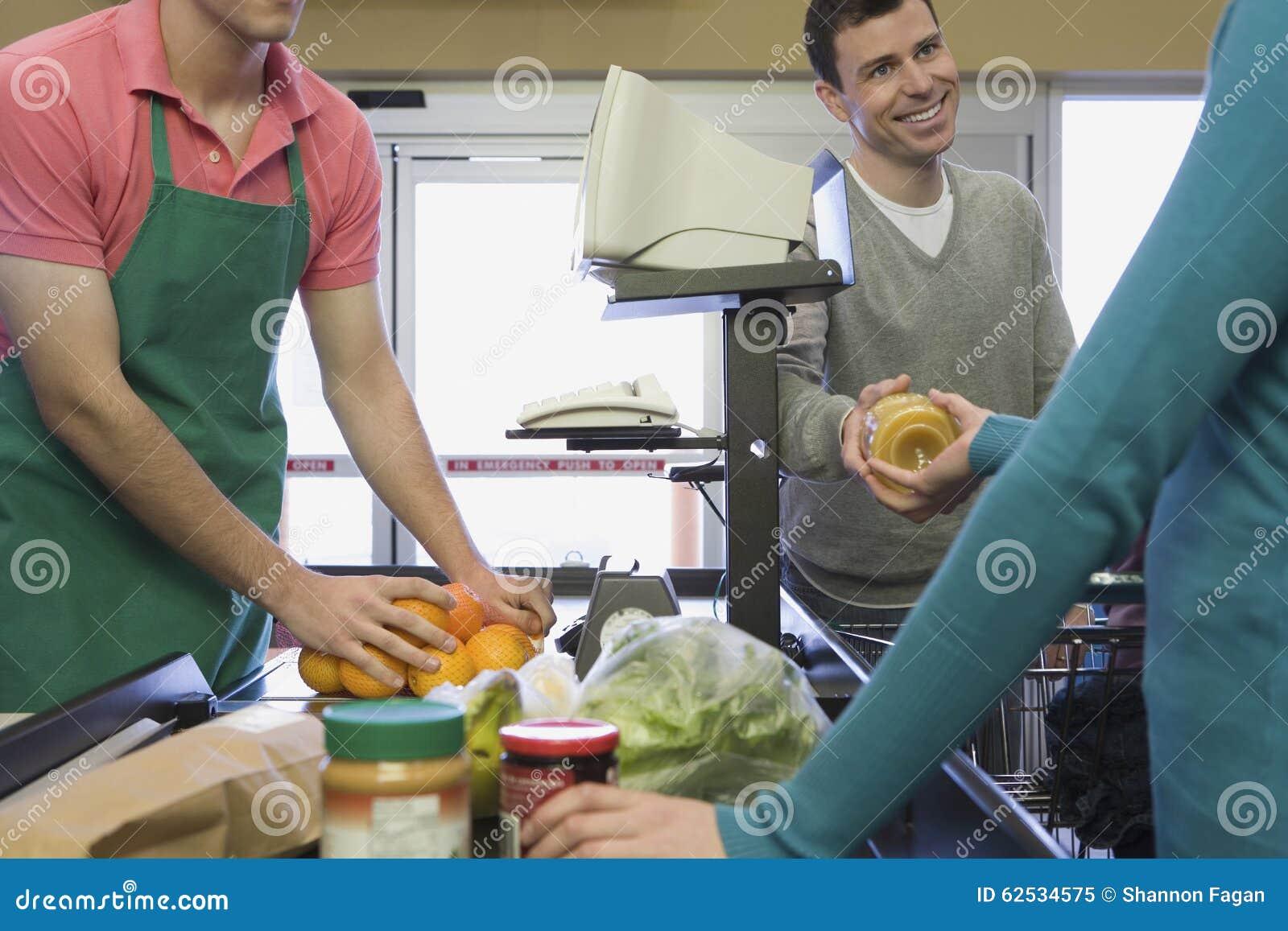 在超级市场结算离开的家庭