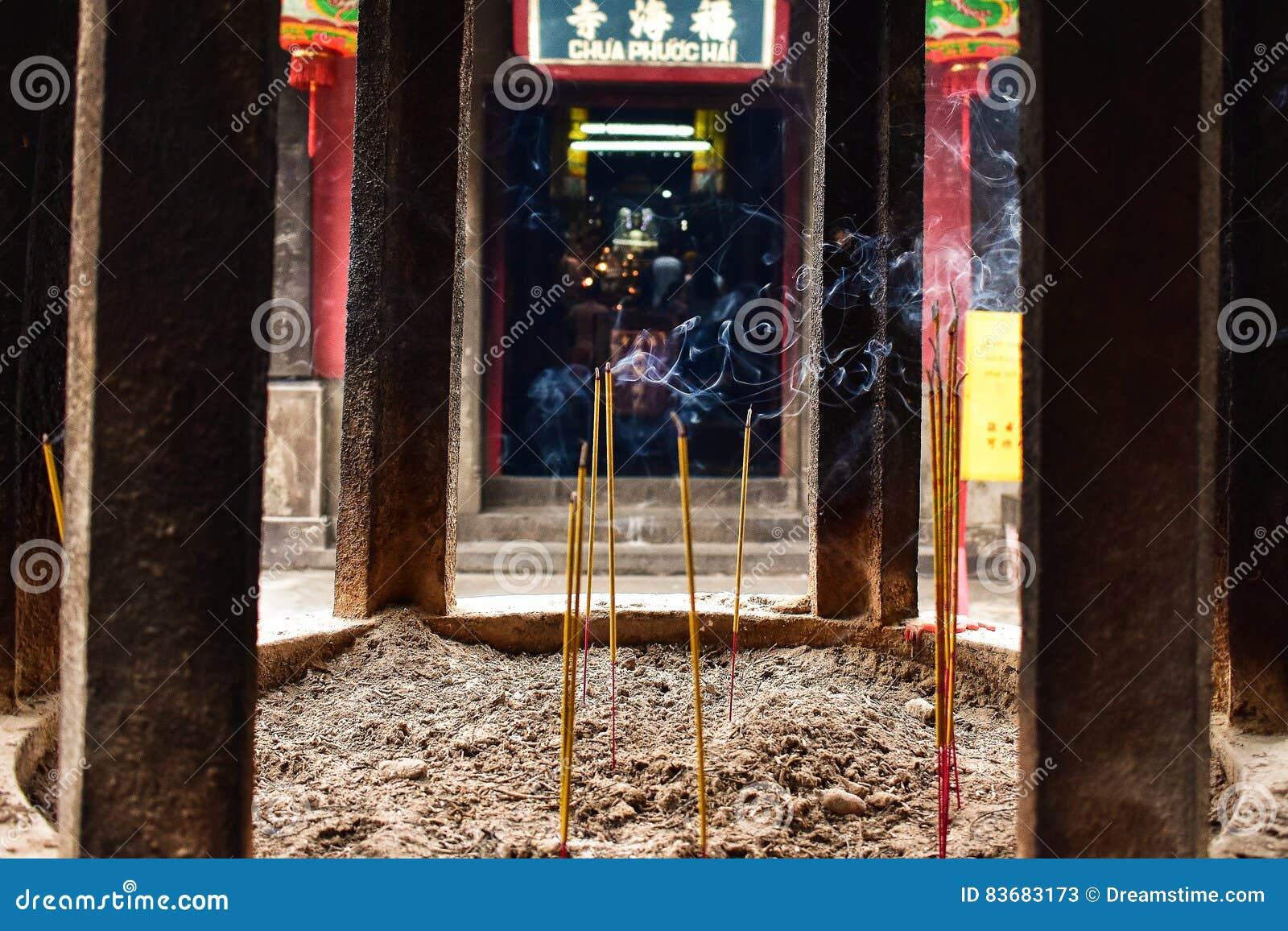 在越南寺庙的香火灼烧的烟细节