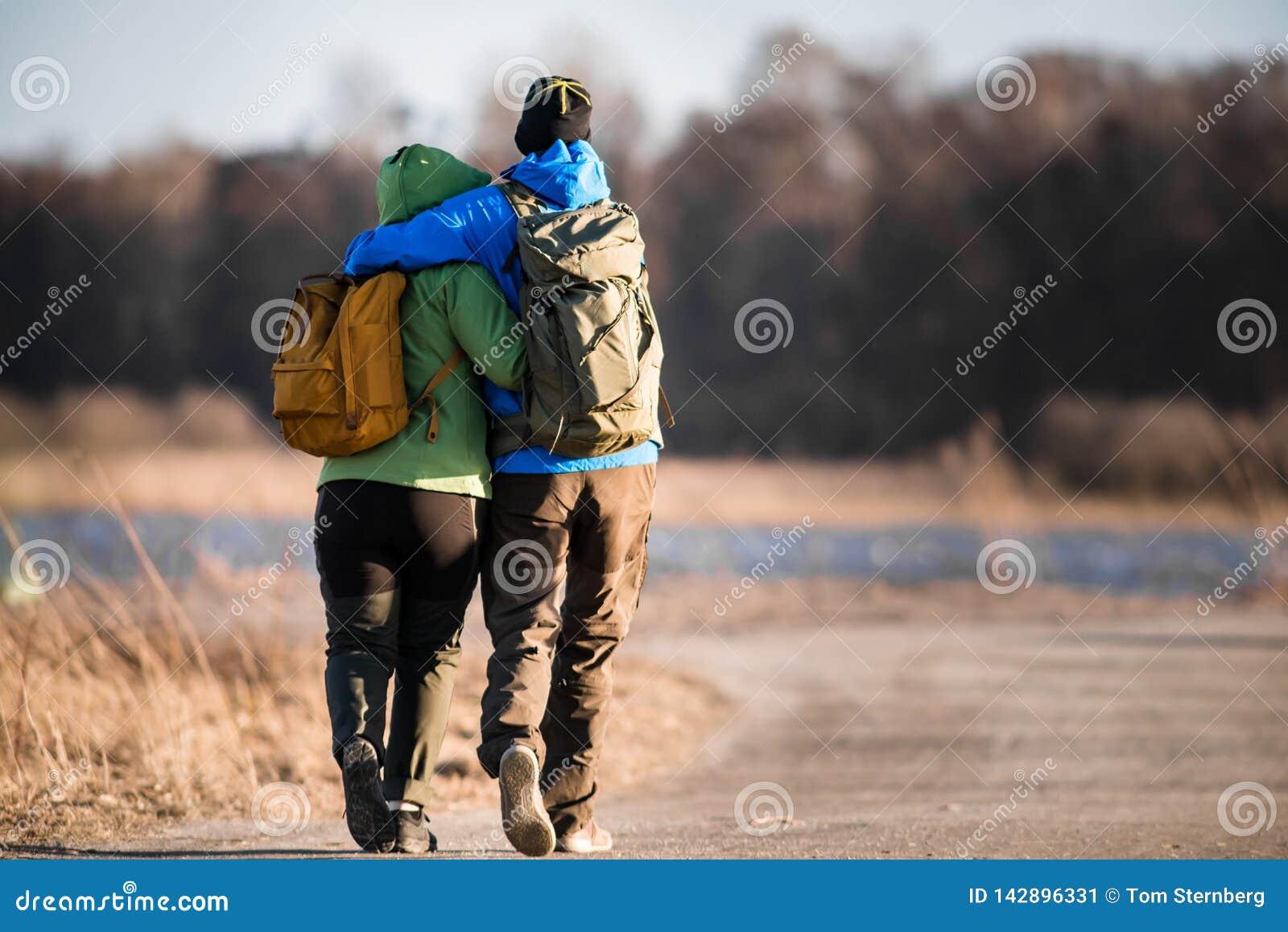 在足迹的爱的徒步旅行者夫妇