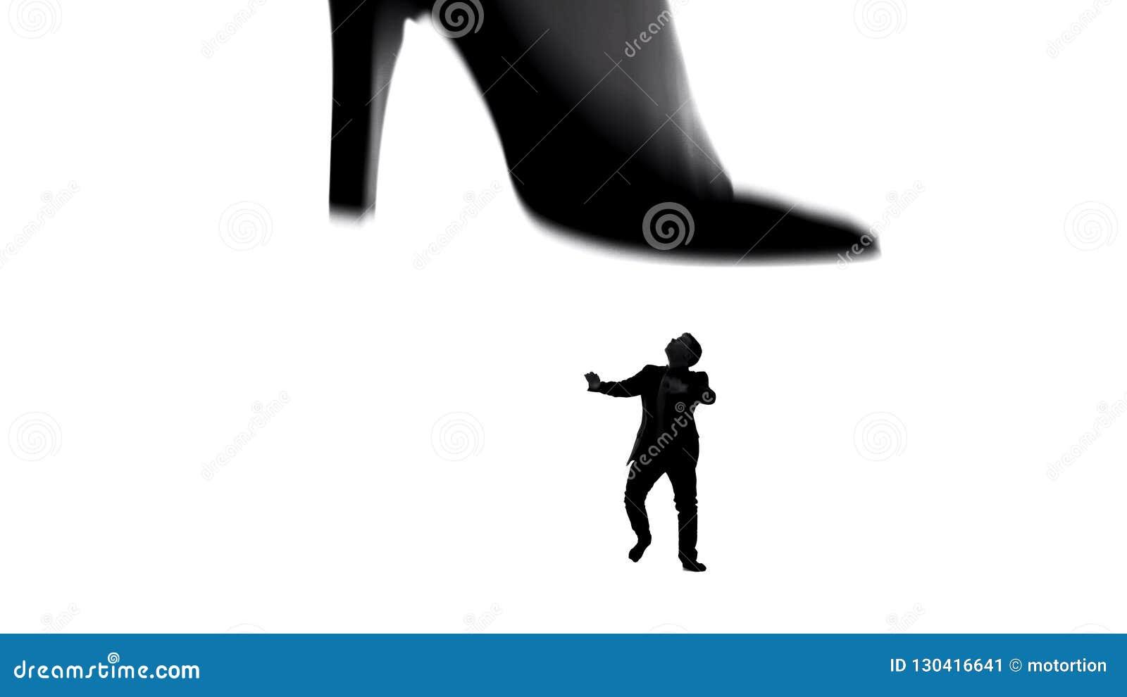 在跨步在小微弱的人的高跟鞋的妇女腿,女性控制在夫妇