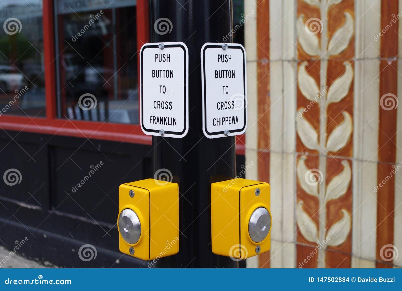 在路的中止在红灯横渡的,按钮在水牛城NY
