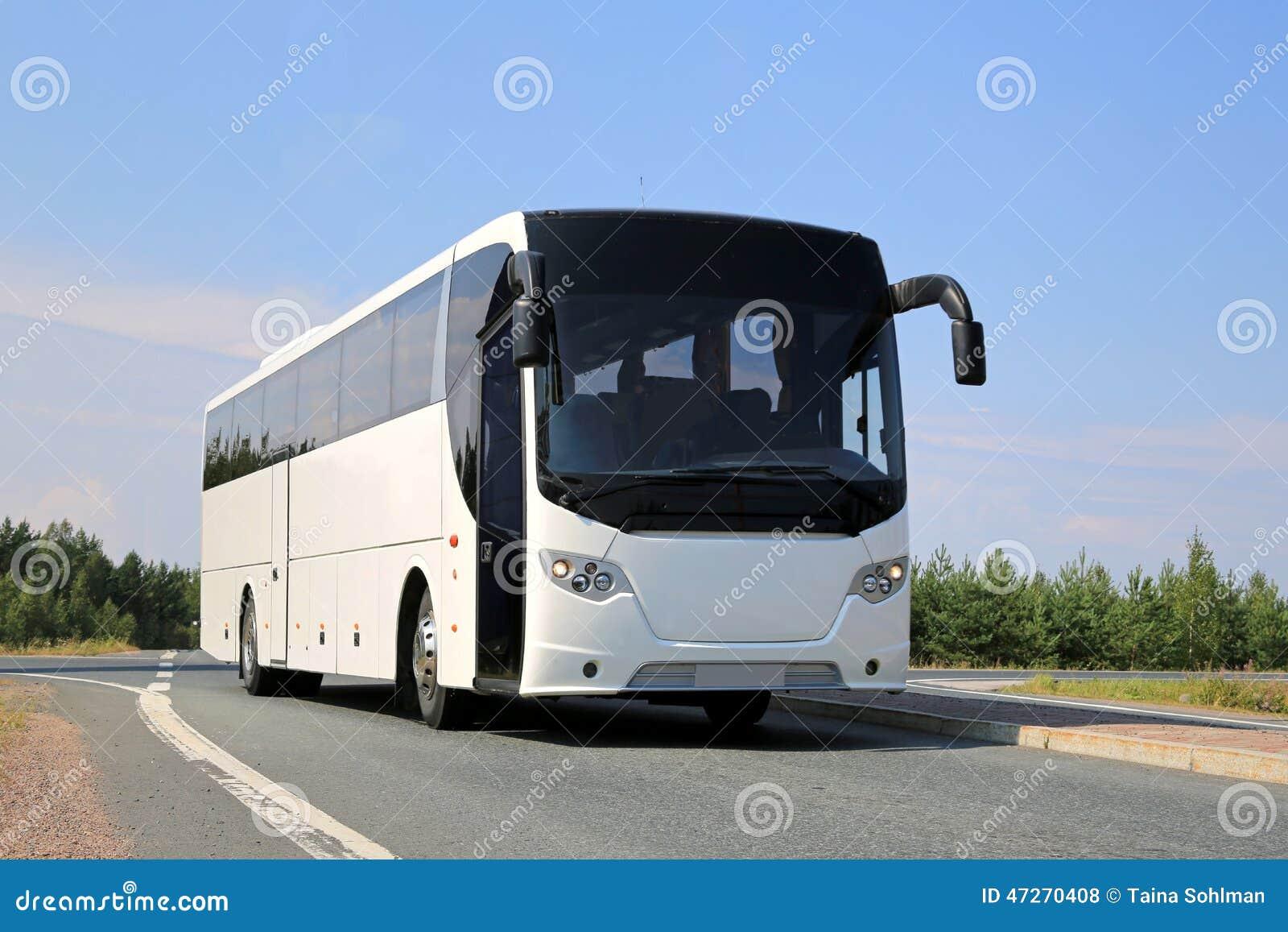 在路的白色公共汽车