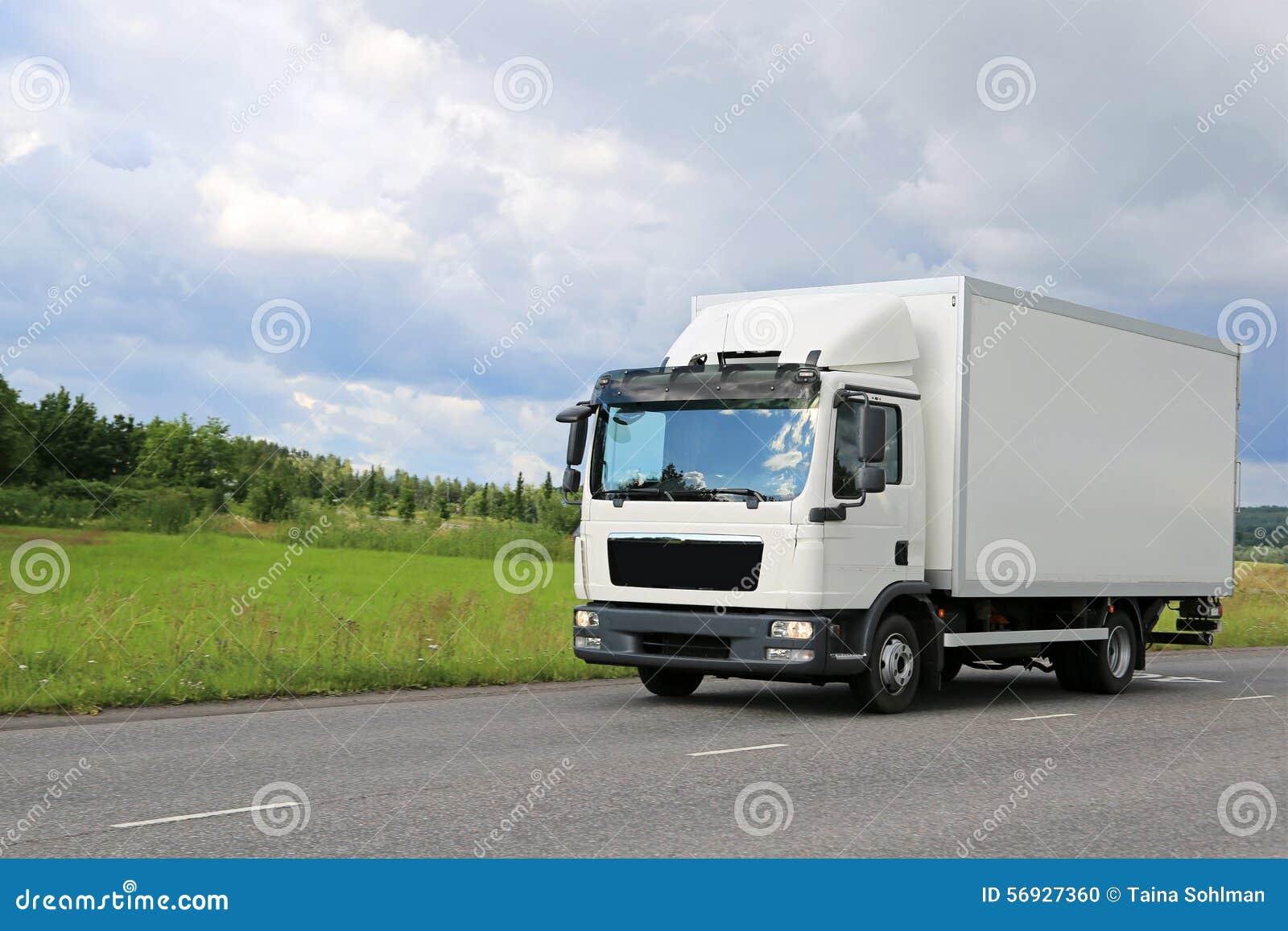 在路的白色商业送货卡车