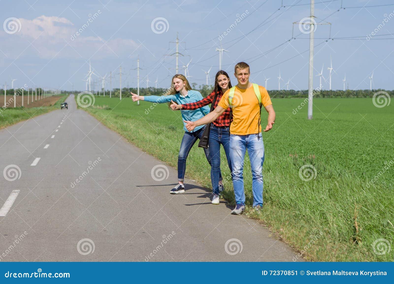 在路的年轻行家朋友旅行