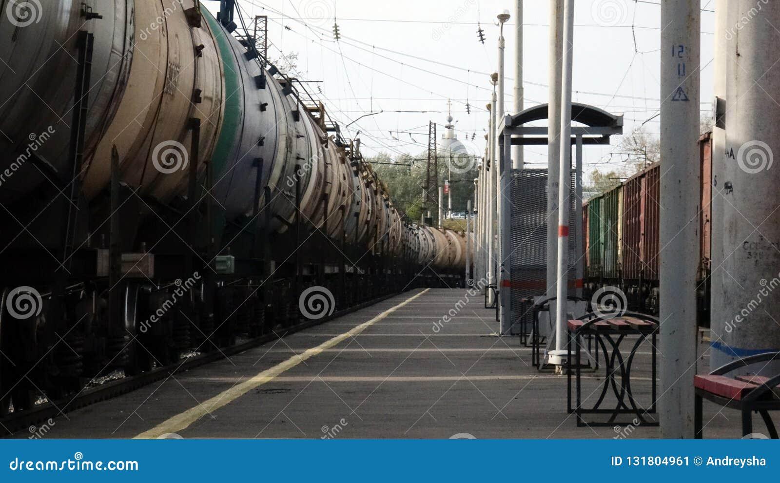 在路轨的铁路货运汽车在平台