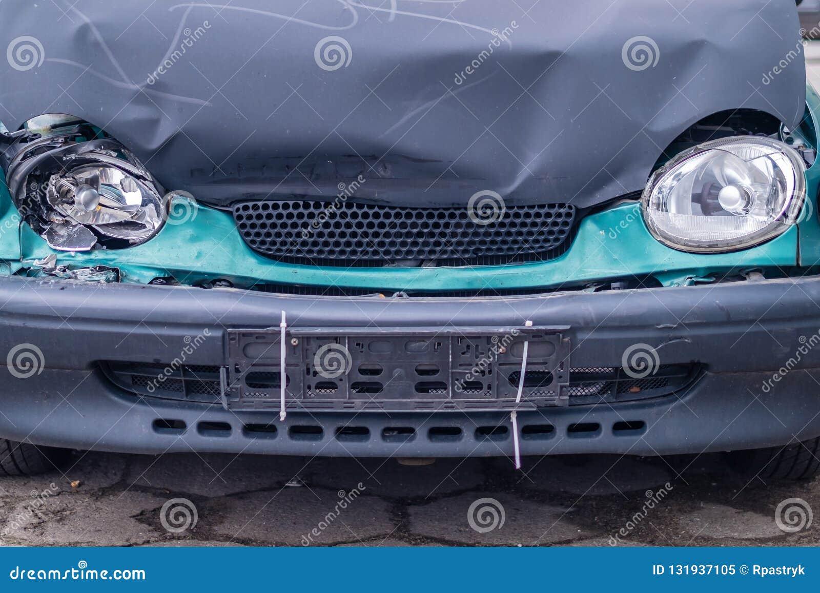 在车祸以后的汽车,前灯