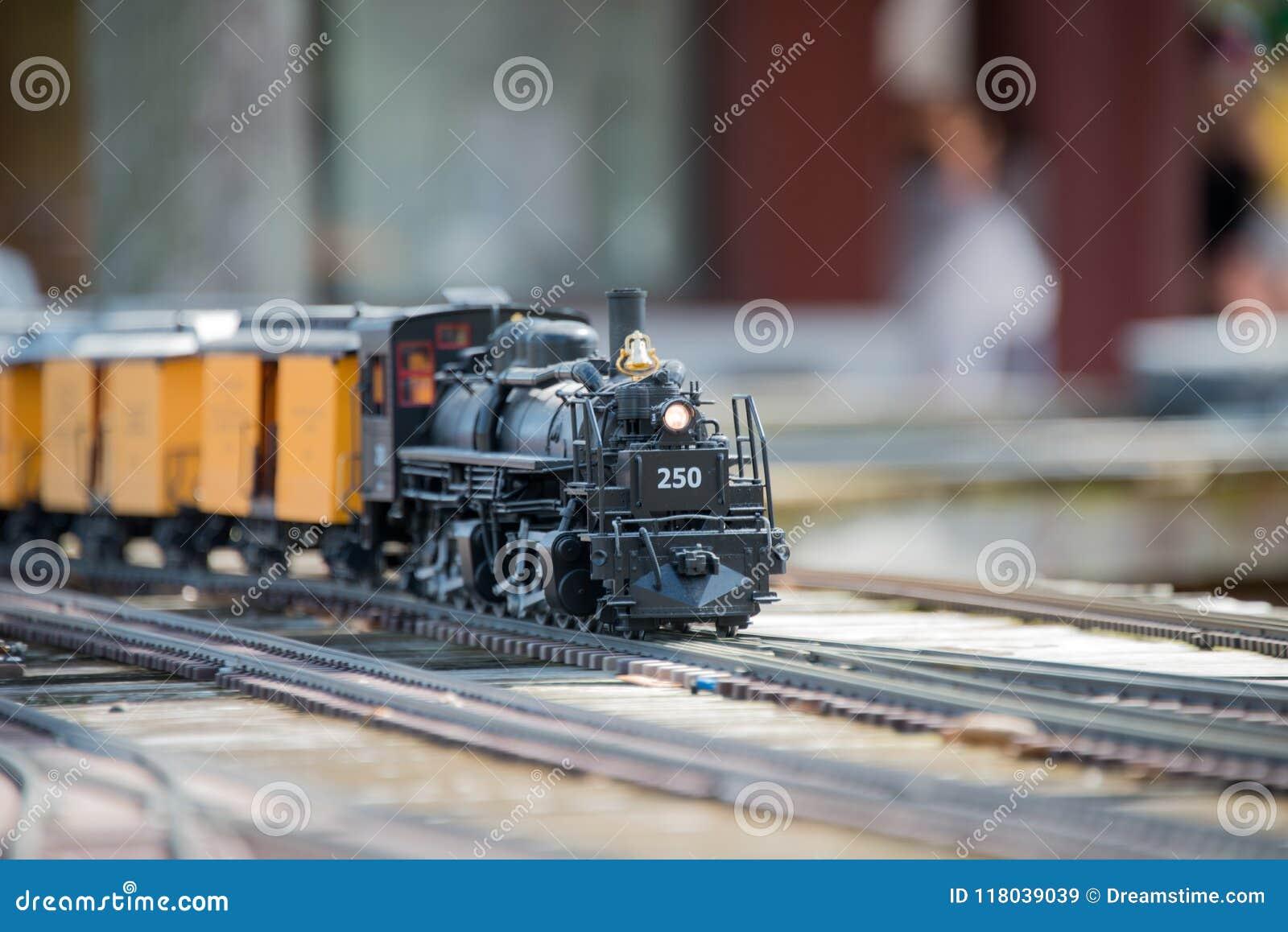 在轨道和模型铁路展览的玩具火车