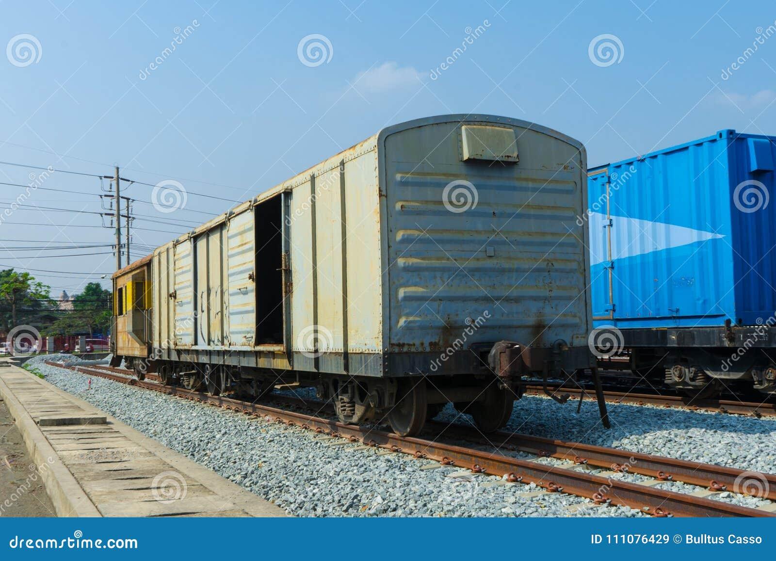 在轨道的火车轮子与火车来路不明的飞机