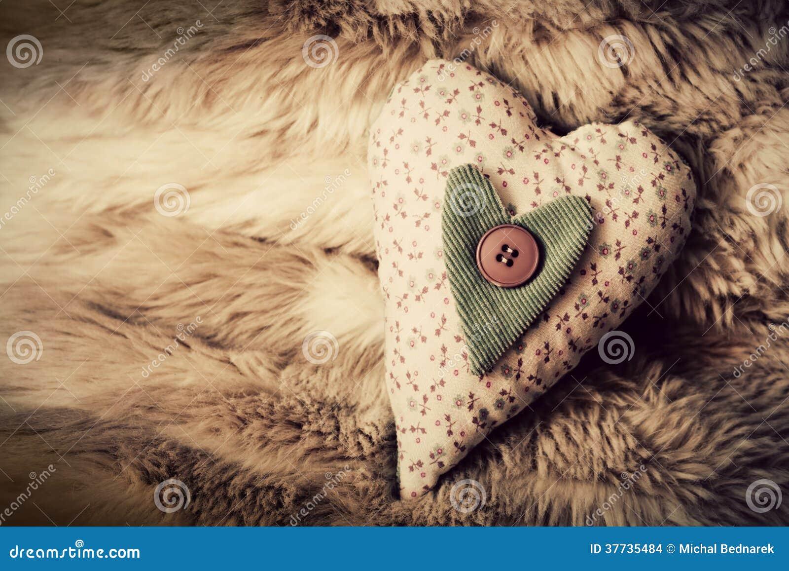 在软的毯子的葡萄酒手工制造长毛绒心脏