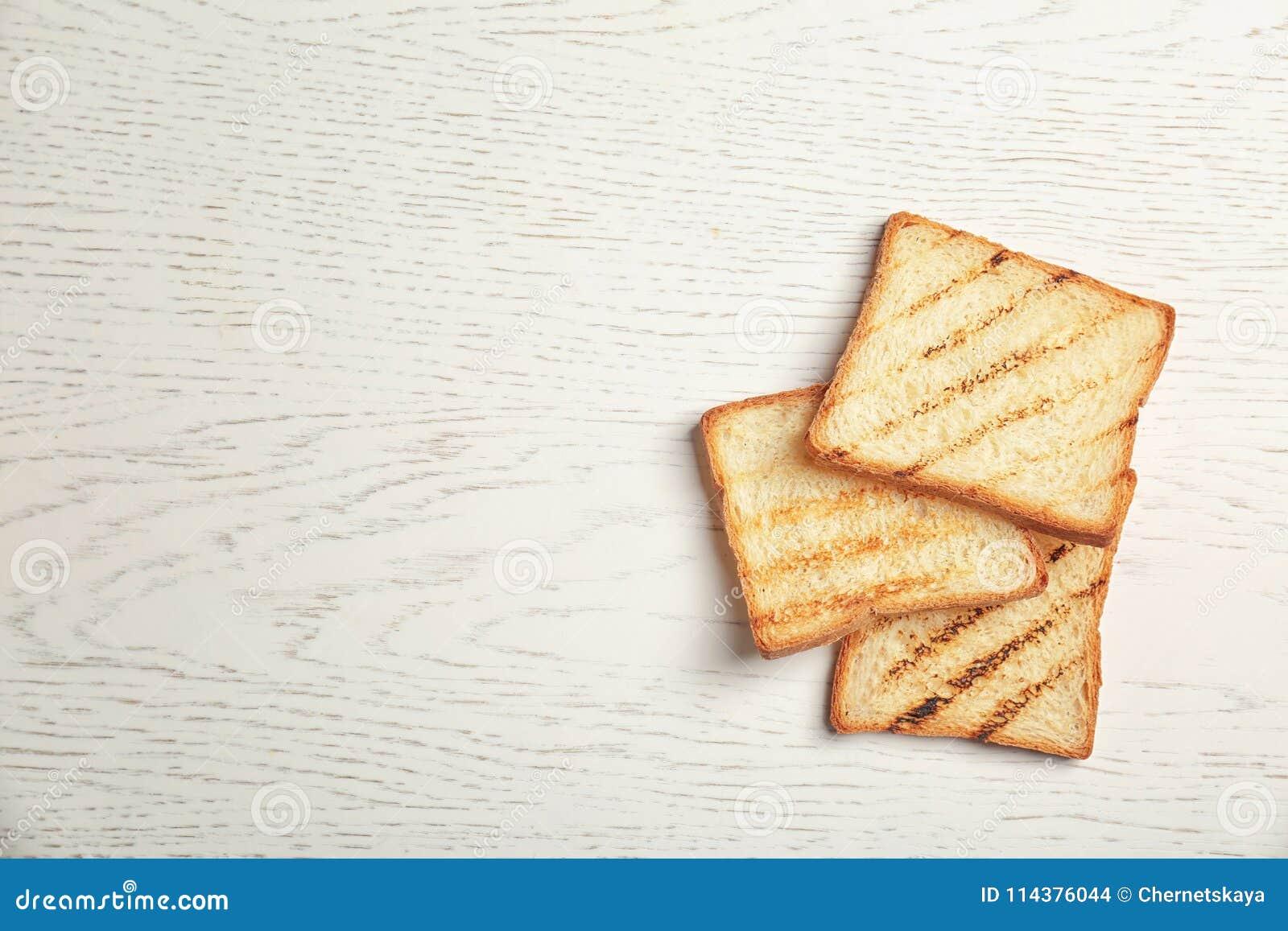 在轻的背景的敬酒的面包