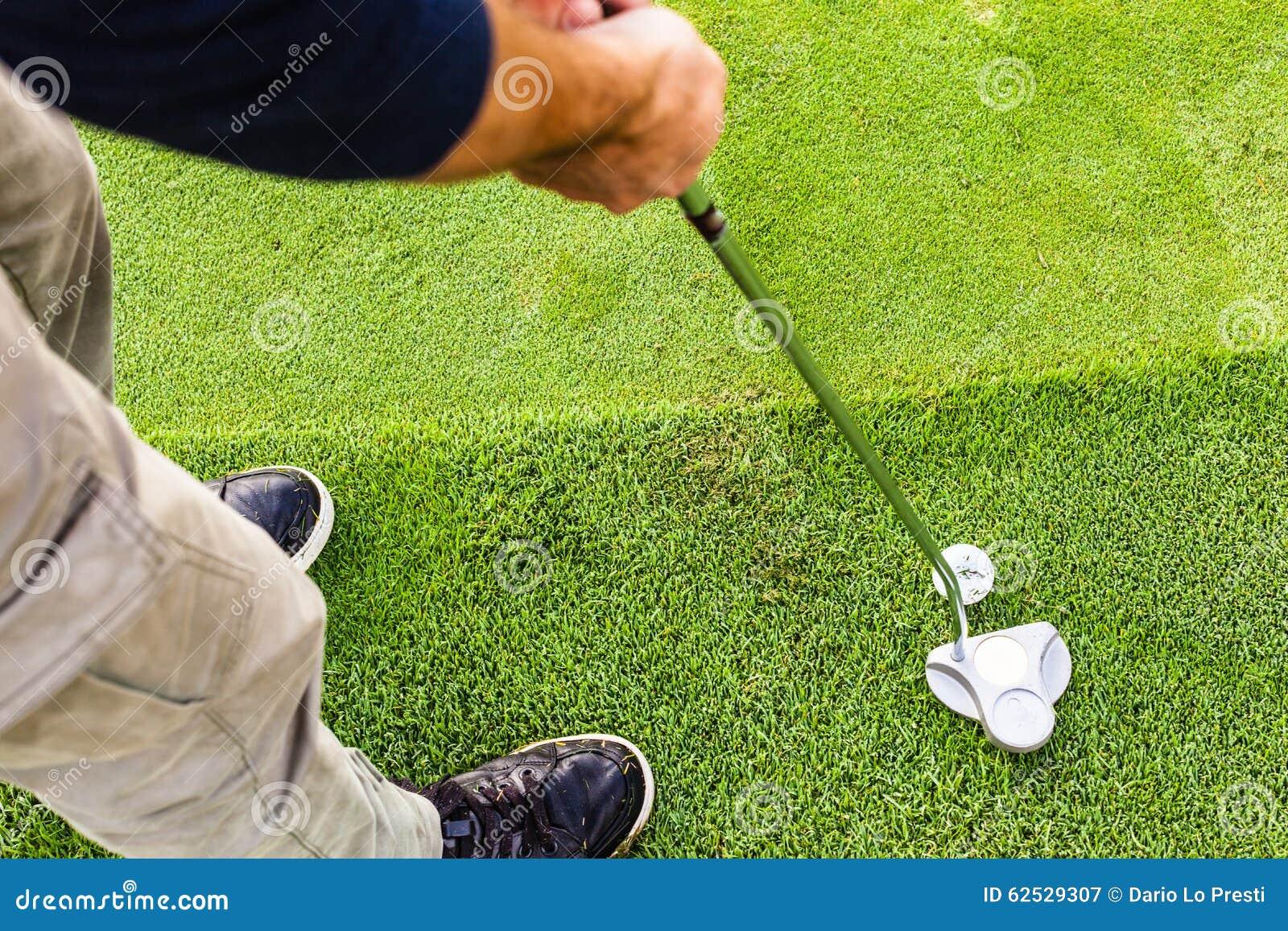 在边缘的高尔夫球