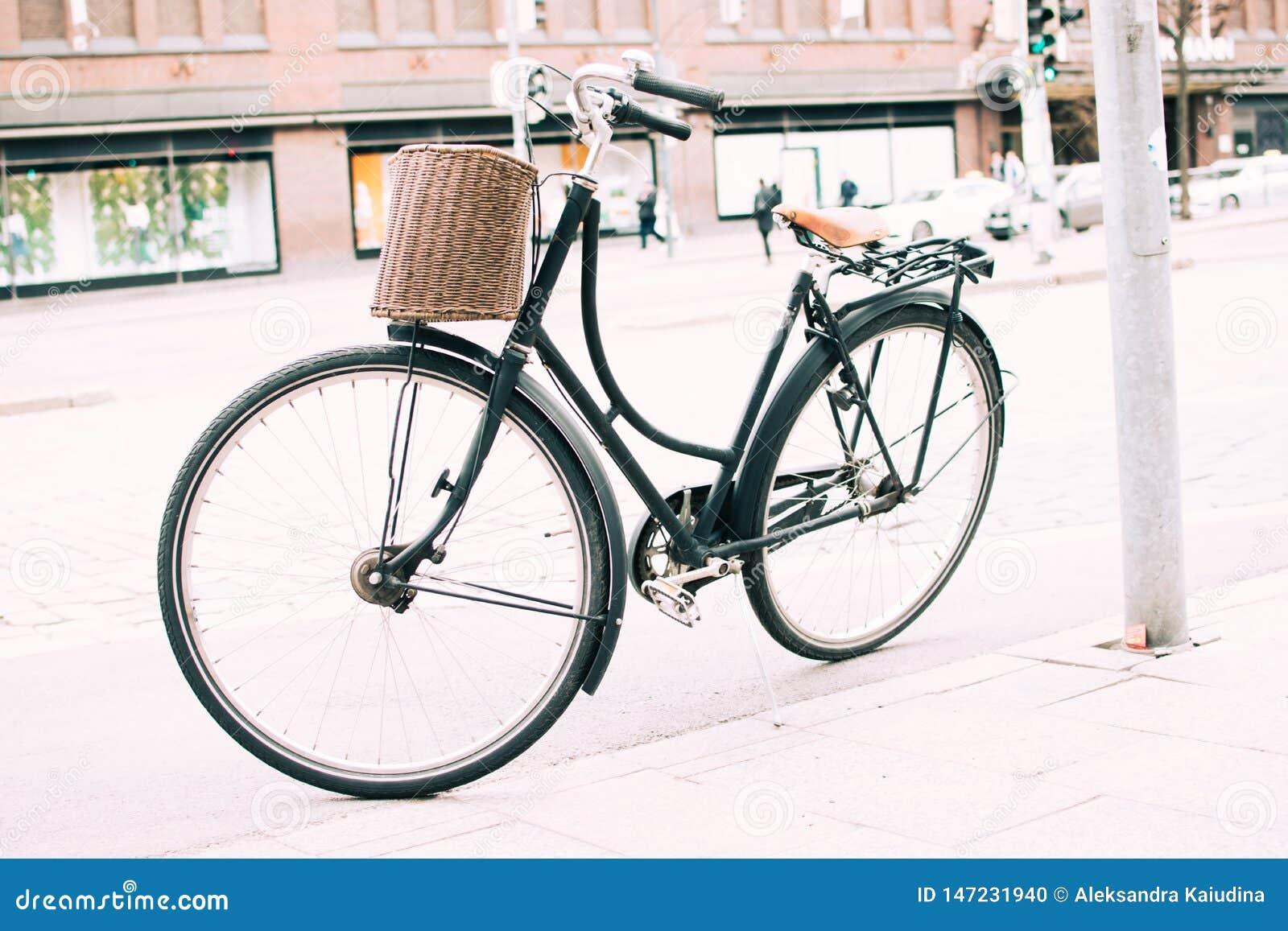 在边路停放的自行车