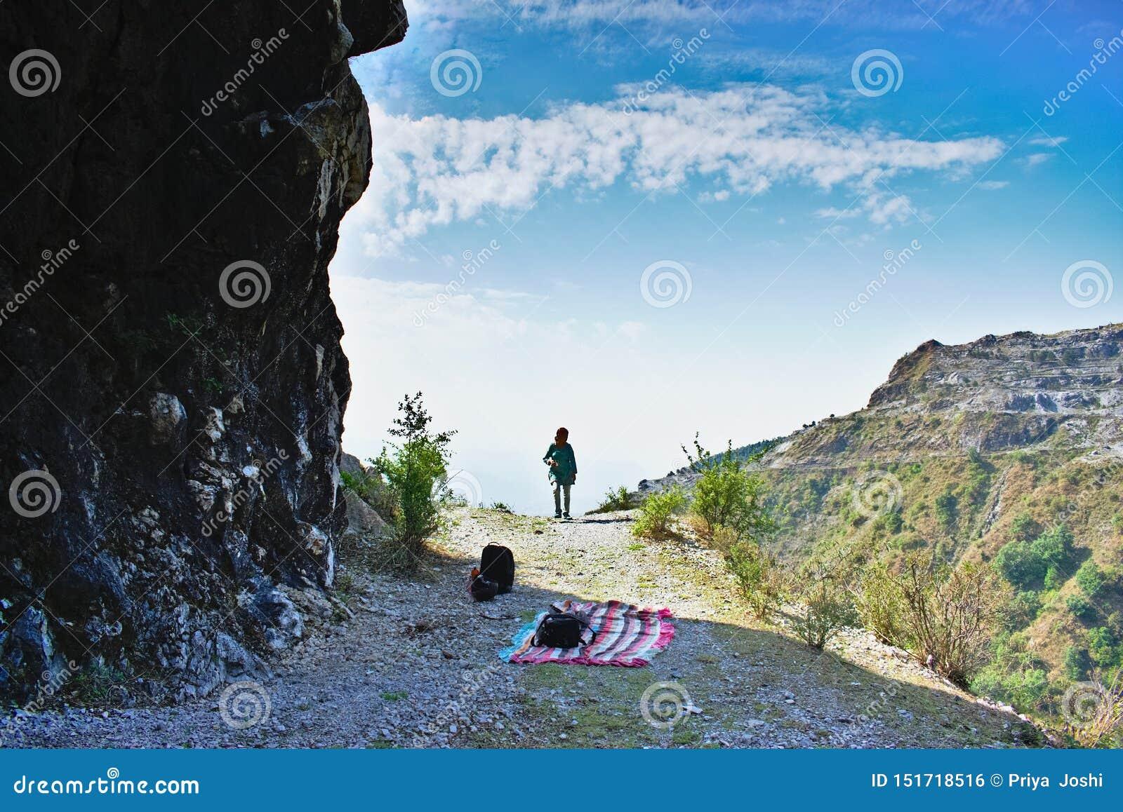 在迁徙在mussourie Dehra Dun uttarakhand印度的山顶部的妇女徒步旅行者