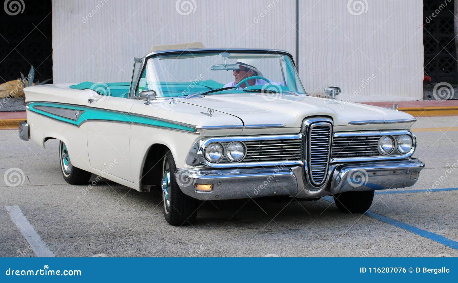 在迈阿密海滩街道的独特的白色和蓝色老经典汽车