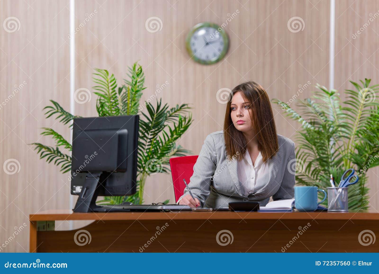 在运作在办公室的重音下的女实业家