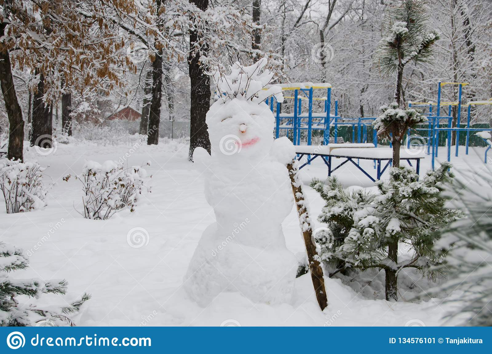 在运动场的背景的雪人