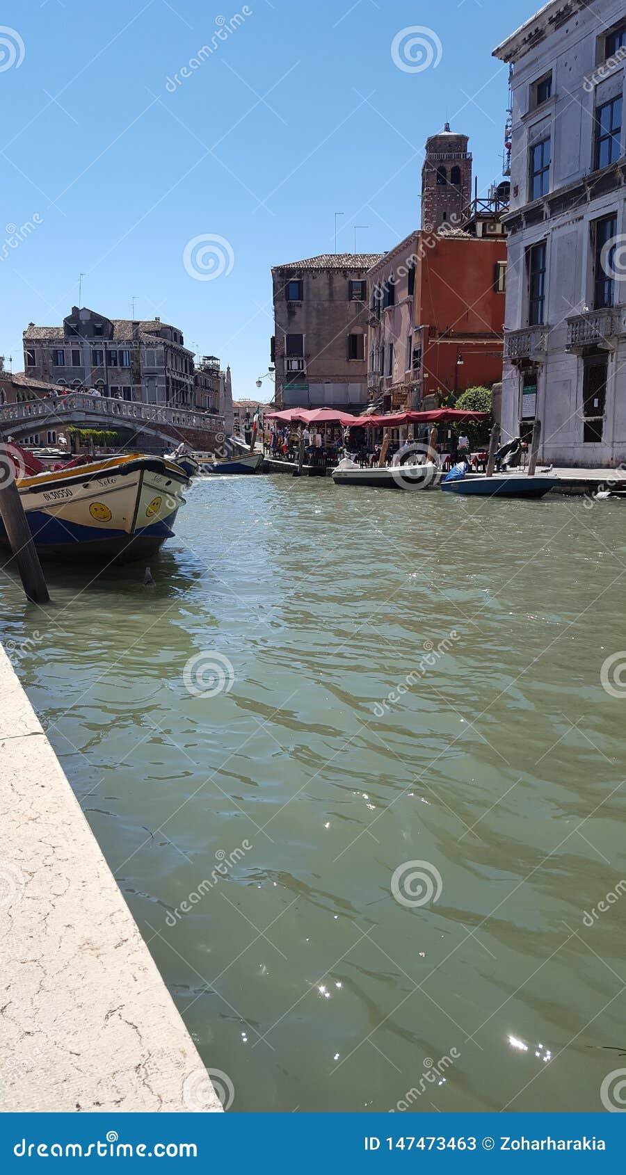 在运河的小船在威尼斯