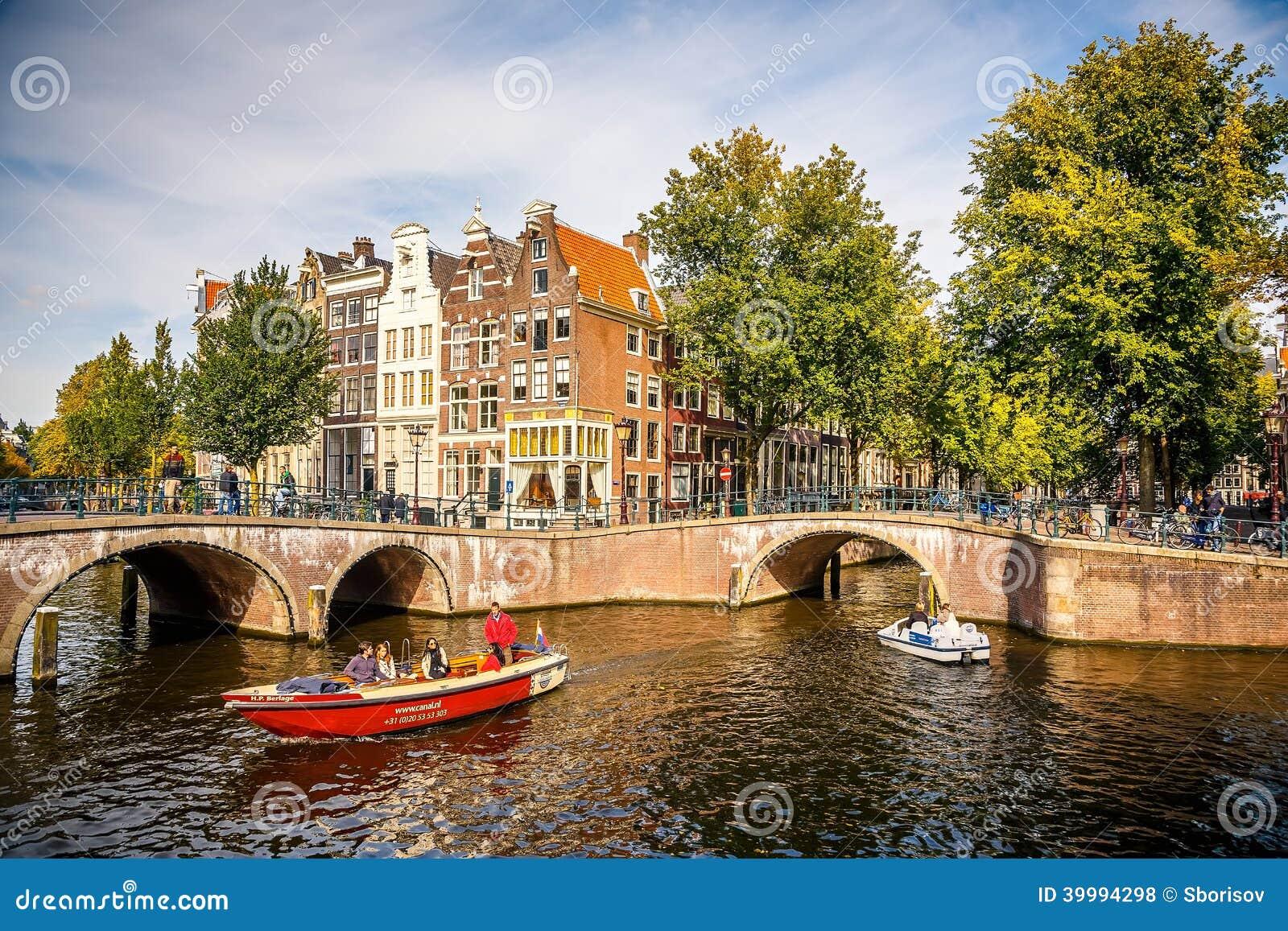 在运河的小船在阿姆斯特丹