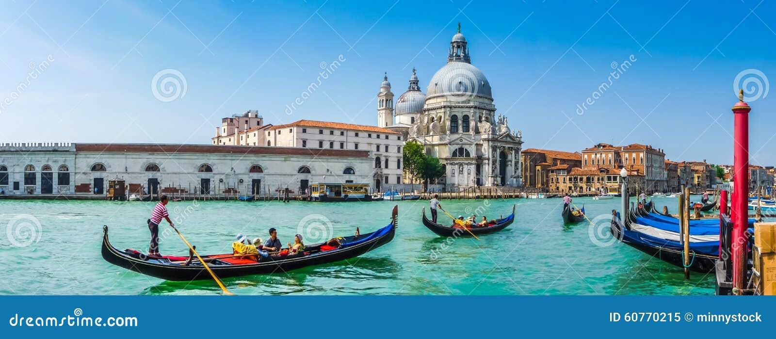 在运河的长平底船重创与大教堂二圣玛丽亚,威尼斯,意大利
