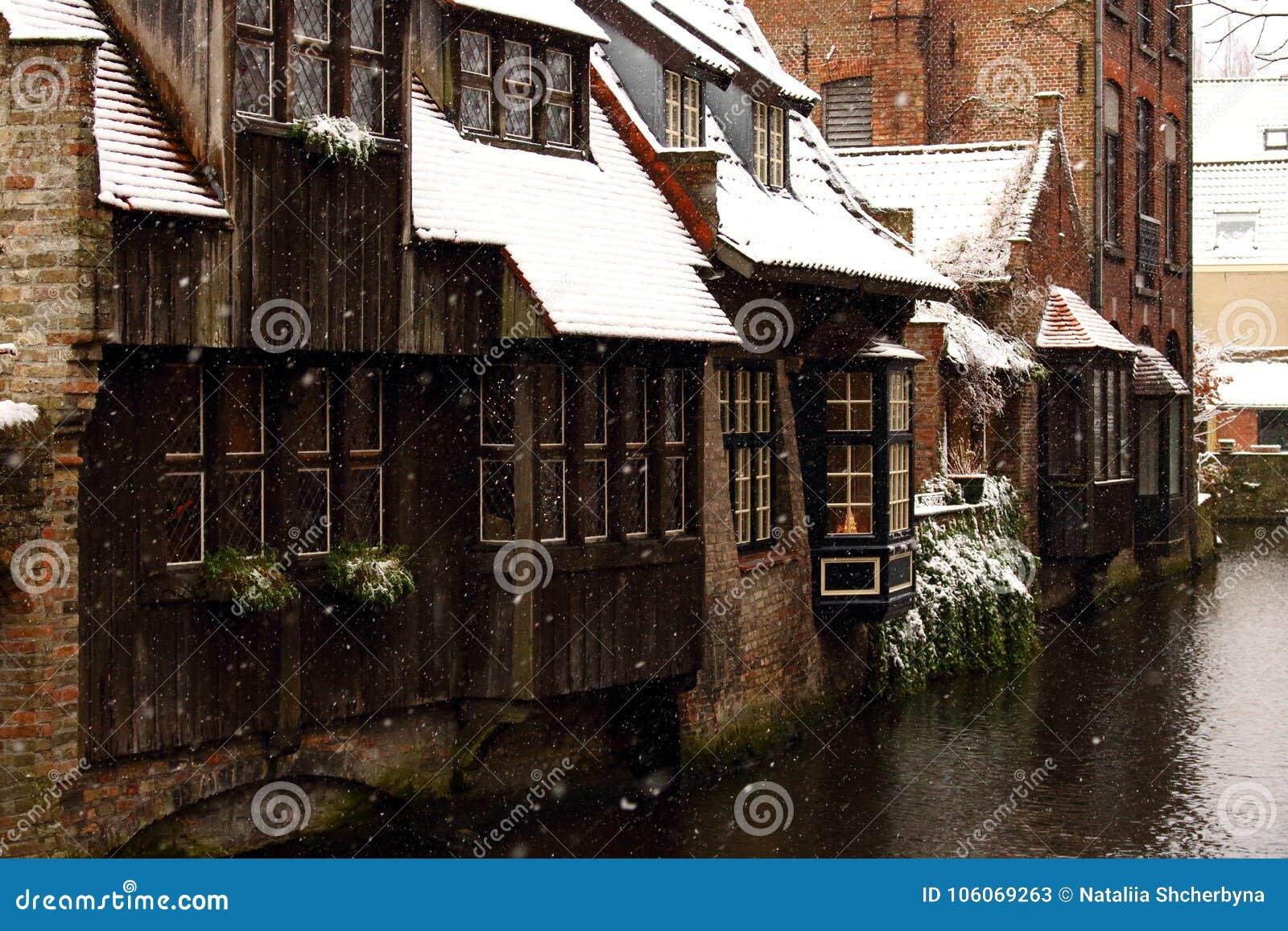 在运河街道的中世纪木和砖瓦房在布鲁日,比利时 老历史镇冬天风景在欧洲