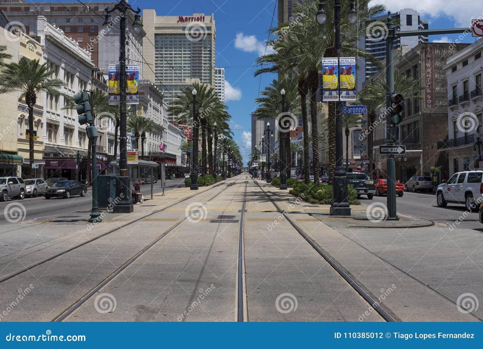 在运河街道的街道场面在市的街市新奥尔良,路易斯安那