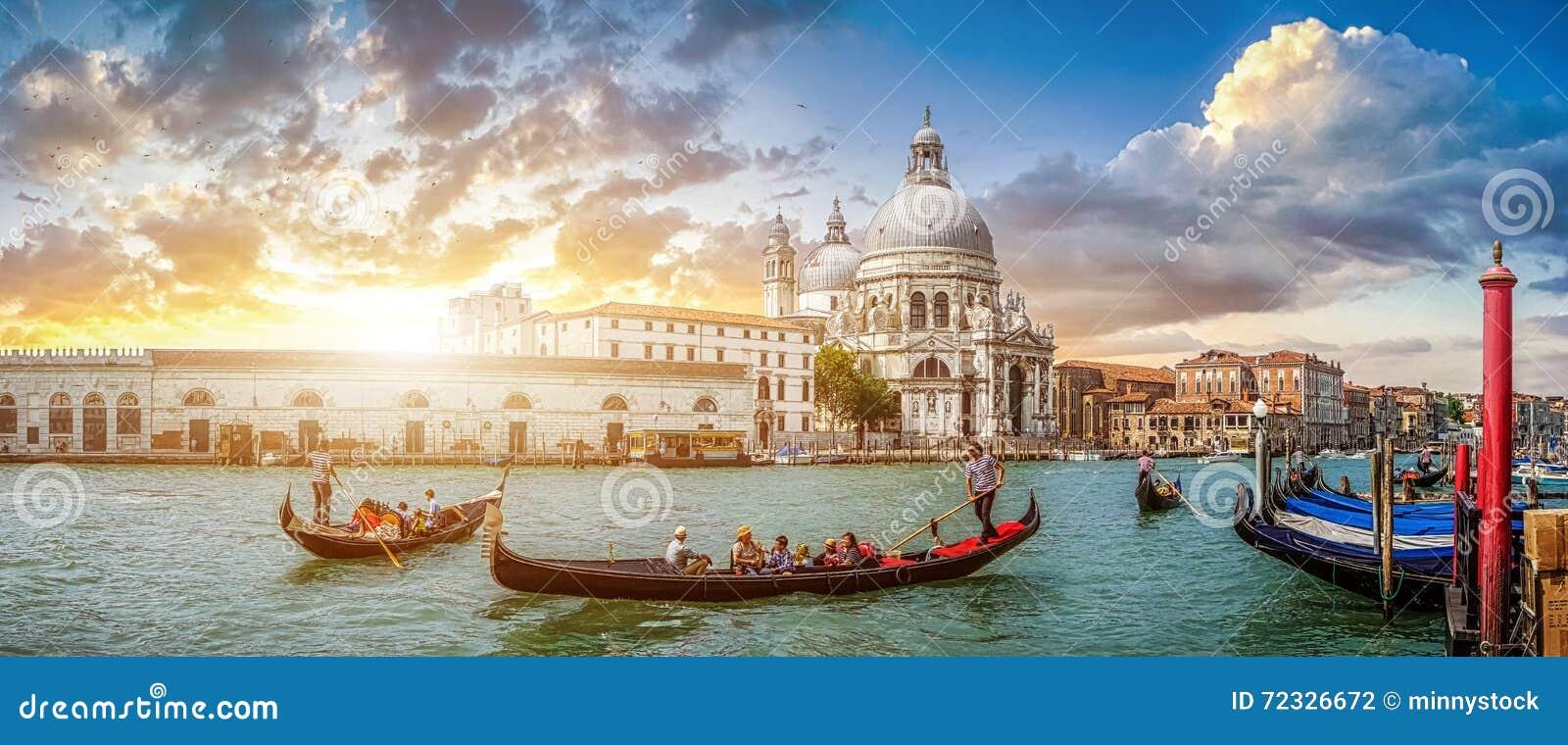 在运河重创在日落,意大利的浪漫威尼斯长平底船场面