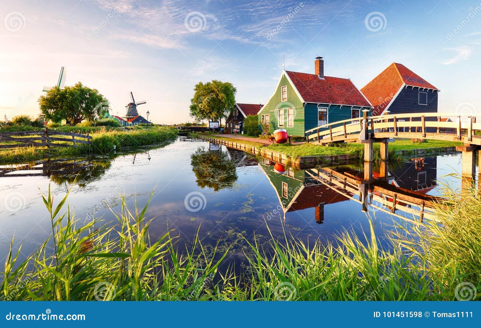 在运河附近的传统荷兰风车 荷兰, Landcape